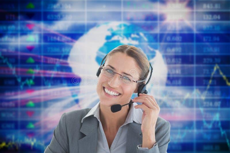 Auriculares que llevan de la mujer de negocios contra fondo tecnológico libre illustration