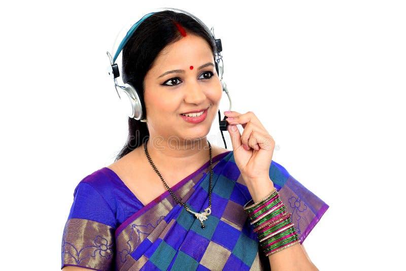 Auriculares que llevan indias jovenes de la mujer de negocios fotografía de archivo libre de regalías