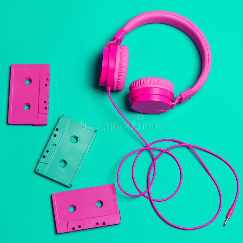Auriculares rosados y casetes audios con Cdes imágenes de archivo libres de regalías