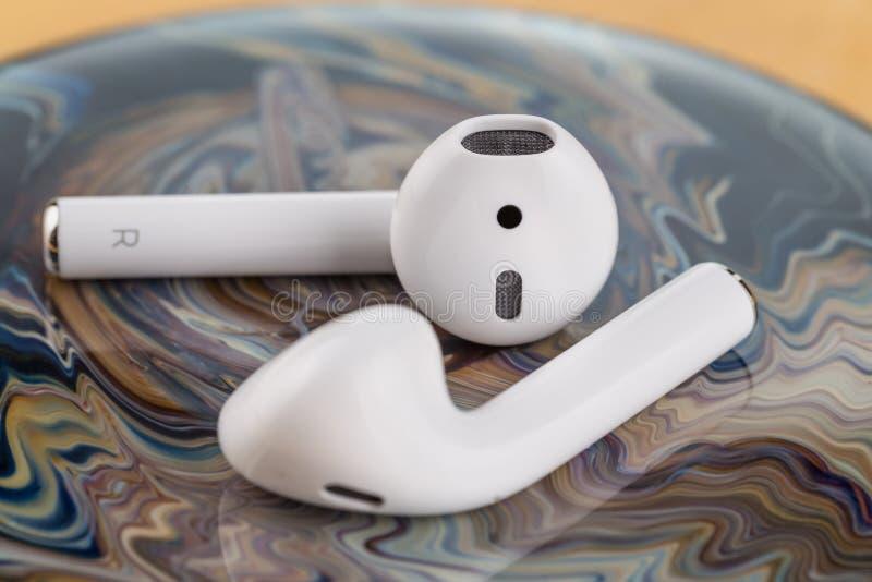 Auriculares sem fio modernos para escutar a música de seu smartphone fotografia de stock royalty free