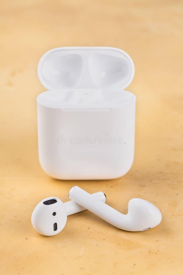 Auriculares sem fio modernos para escutar a música de seu smartphone foto de stock
