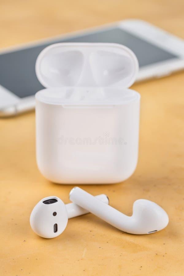 Auriculares sem fio modernos para escutar a música de seu smartphone imagens de stock