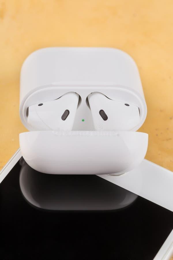 Auriculares sem fio modernos para escutar a música de seu smartphone fotografia de stock