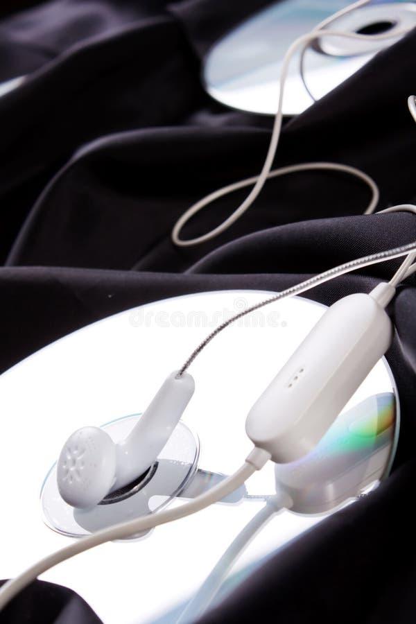 Auriculares sobre disco compacto foto de archivo