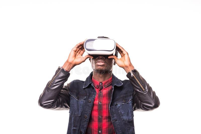 Auriculares vestindo afro-americanos da realidade virtual do vr do homem novo sobre o fundo branco fotos de stock