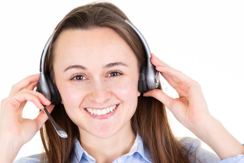 Auriculares vestindo caucasianos novos do centro de atendimento da mulher de negócio sobre o fundo isolado branco com sorriso fel imagens de stock royalty free