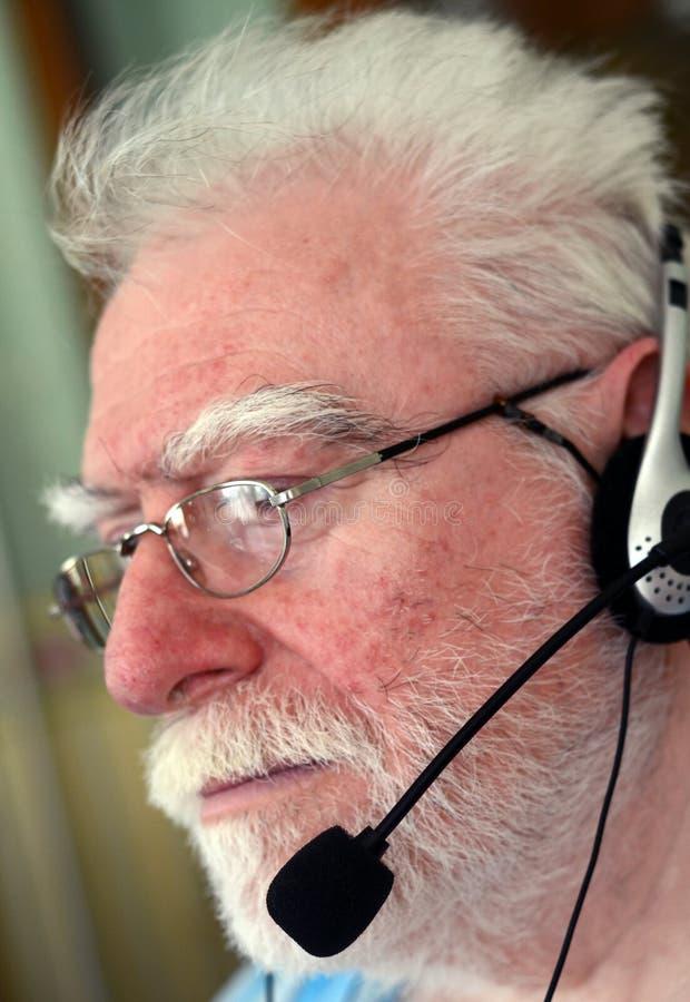 Auriculares vestindo do homem imagens de stock