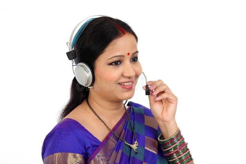 Auriculares vestindo indianos tradicionais da mulher de negócio fotos de stock