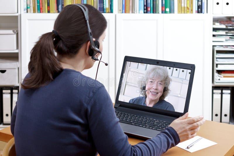 Auriculares video da avó do bate-papo das mulheres imagens de stock royalty free