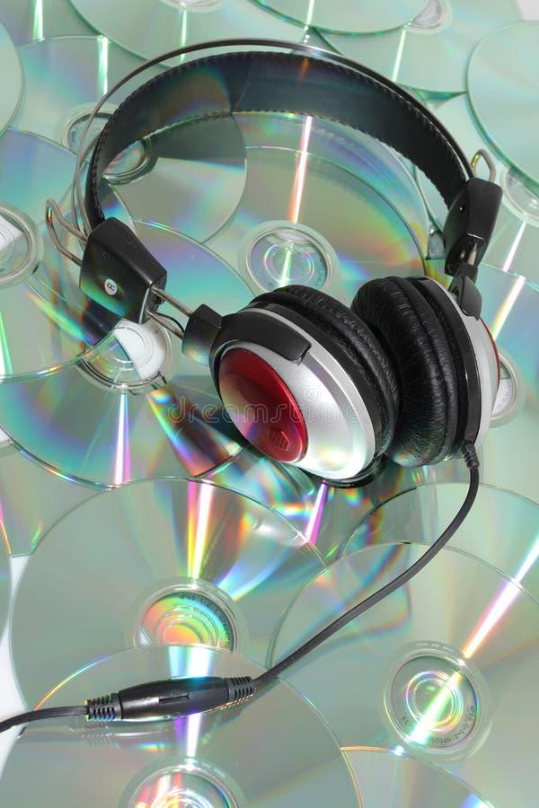 Auriculares y CD imágenes de archivo libres de regalías