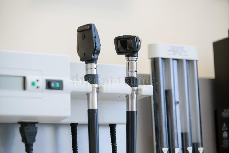 Auriscope dell'otoscopio nell'ambulatorio medico fotografie stock