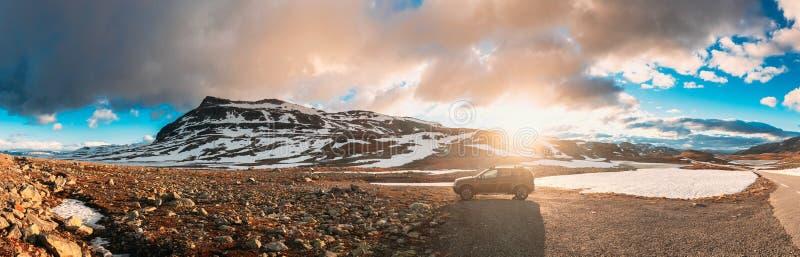 Aurlandsfjellet, Norwegen Auto Renault Duster SUV Parkplatz in der Nähe von Aurlandsfjellet Scenic Route Road im Sommer Norwegen stockfotografie
