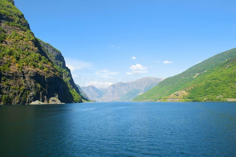 Aurlandsfjord和Naeroyfjord -联合国科教文组织保护了海湾-从Flam的巡航到在挪威简言之游览中的Gudvangen 库存照片