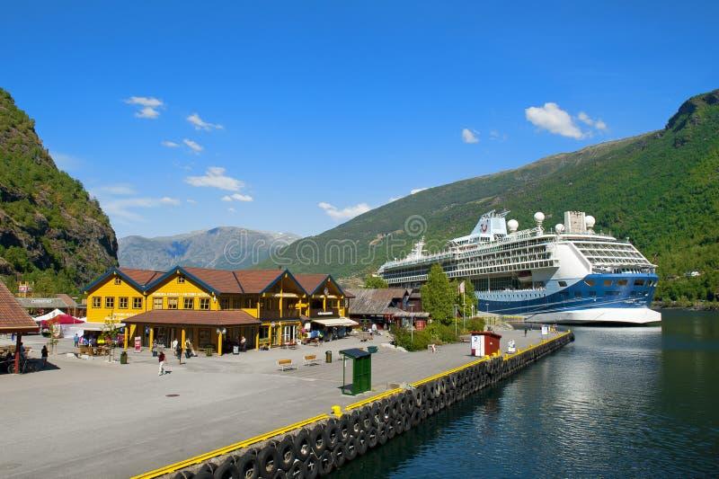 Aurlandsfjord и Naeroyfjord - ЮНЕСКО защитило круиз фьорда на путешествии Норвегии в двух словах Туристическое судно открытия Fla стоковое изображение