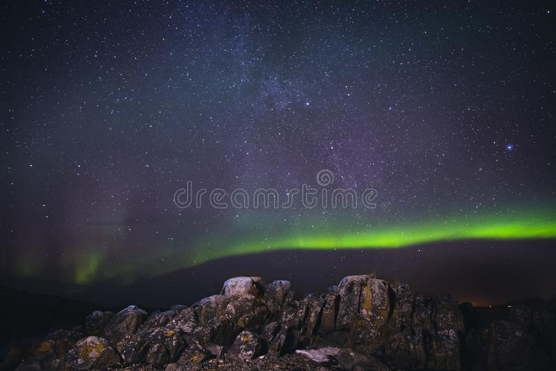 Auroa et montagne photo stock