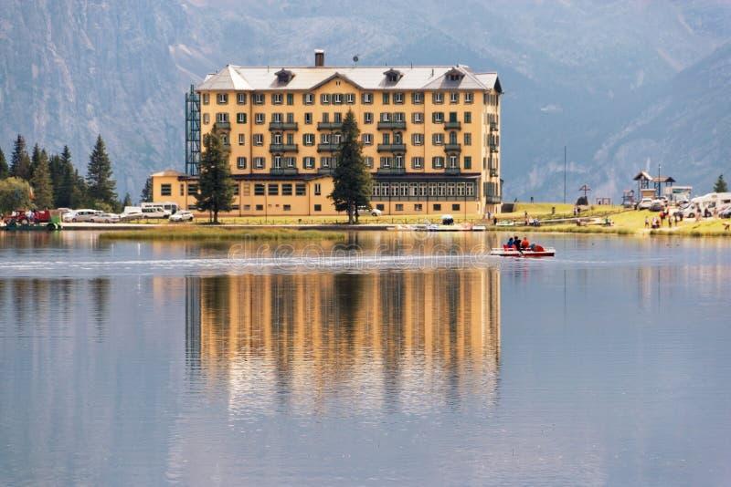 Auronzo Di Cadore, Italië 9 Augustus, 2018: Het Meer van de Misurinaberg Mooie toeristenplaats met huizen en koffie royalty-vrije stock afbeeldingen