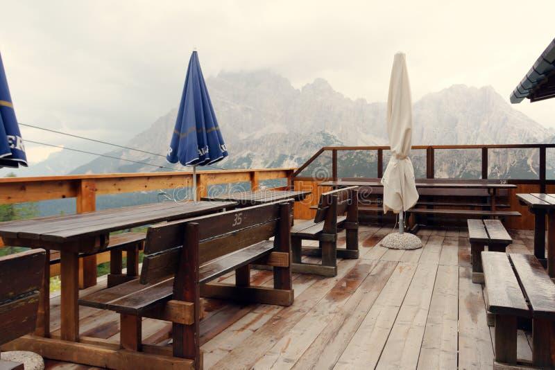 Auronzo Di Cadore, Italia 9 de agosto de 2018: Lago mountain de Misurina Café del refugio alto en las montañas imagen de archivo libre de regalías