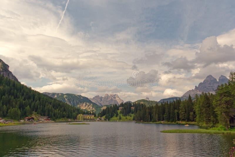 Auronzo di Cadore, Italia 9 de agosto de 2018: Lago mountain de Misurina Lugar turístico hermoso con las casas y los cafés imágenes de archivo libres de regalías