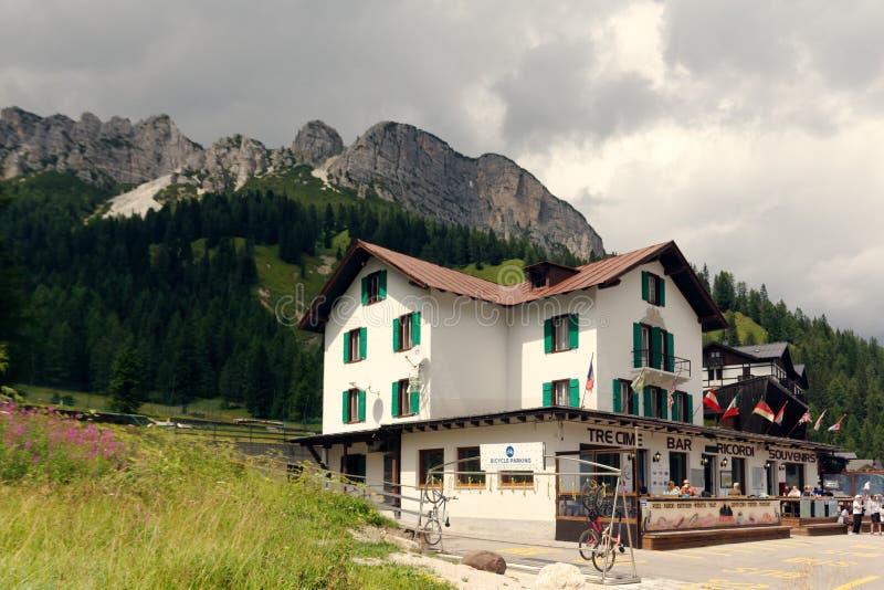 Auronzo di Cadore, Italia 9 de agosto de 2018: Lago mountain de Misurina Lugar turístico hermoso con las casas y los cafés fotos de archivo