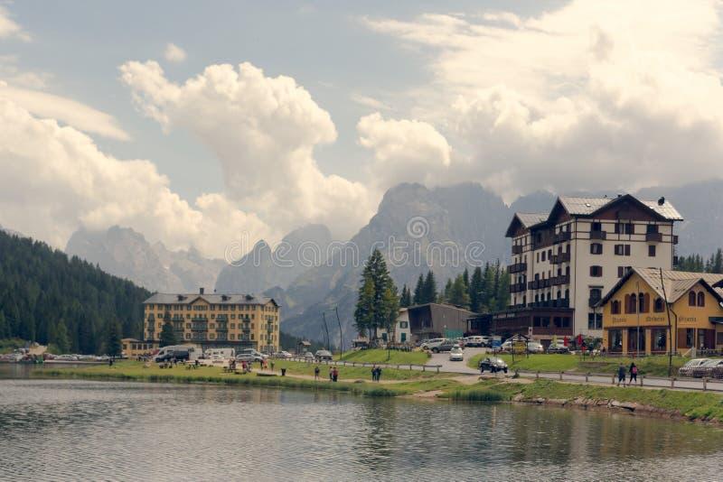 Auronzo di Cadore, Italia 9 de agosto de 2018: Lago mountain de Misurina Lugar turístico hermoso con las casas y los cafés fotos de archivo libres de regalías