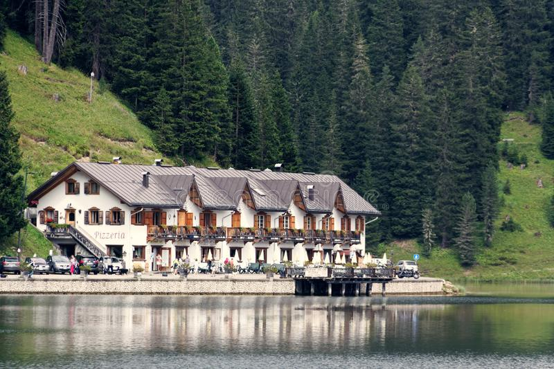 Auronzo di Cadore, Italia 9 de agosto de 2018: Lago mountain de Misurina Lugar turístico hermoso con las casas y los cafés imagenes de archivo