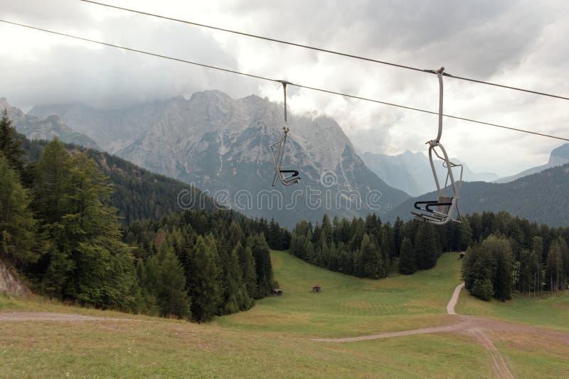 Auronzo di Cadore, Italia: Elevación de la montaña en el verano fotos de archivo