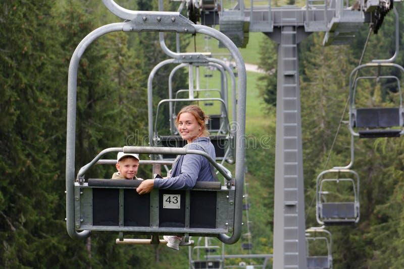 Auronzo di Cadore, muchacha de Italia A con una elevación de la montaña del paseo del niño en el verano foto de archivo