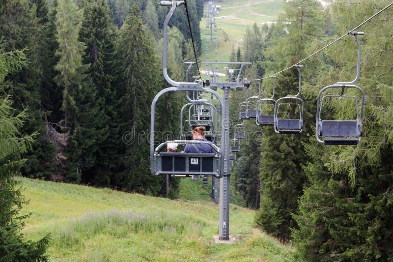Auronzo di Cadore, muchacha de Italia A con una elevación de la montaña del paseo del niño en el verano fotos de archivo libres de regalías