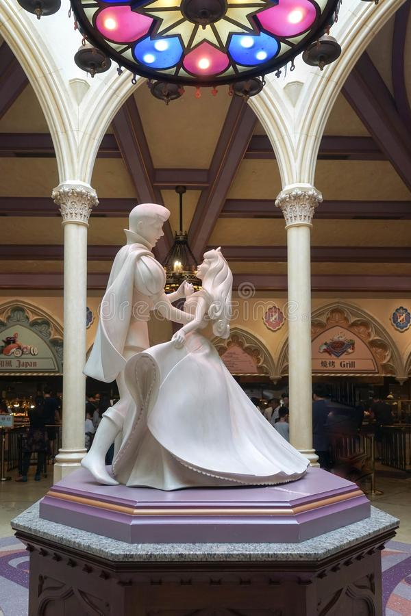 Aurora公主和腓力普王子跳舞石雕塑  库存照片