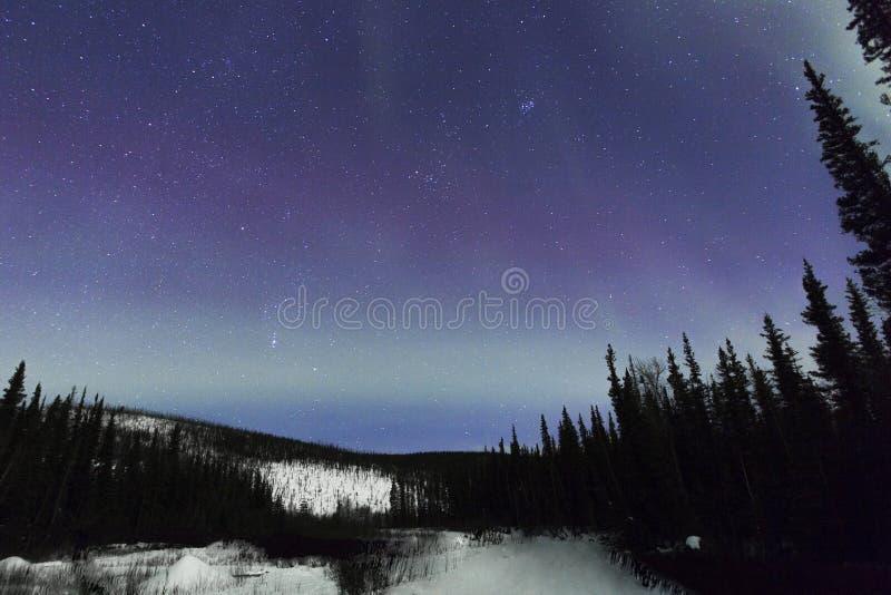 Aurora acima da montanha imagens de stock