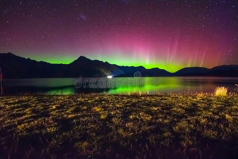 Aurora Australis e Via Látea bonitas sobre o lago Wakatipu, Kinloch, ilha sul de Nova Zelândia imagem de stock royalty free