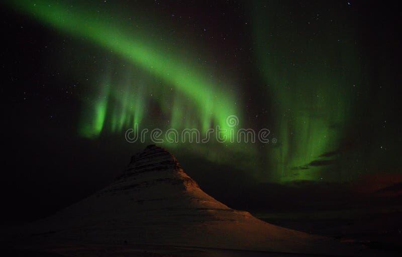 Aurora bonita verde em Islândia sobre a montanha Kirkjufellsfoss fotos de stock