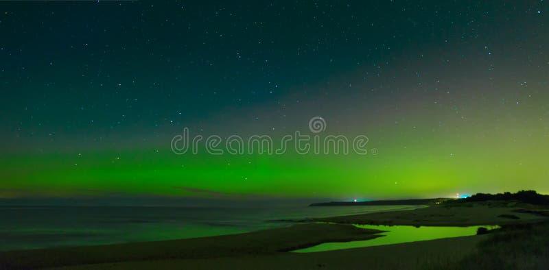 Aurora Boralis que muestra su belleza sobre el mar Báltico imágenes de archivo libres de regalías