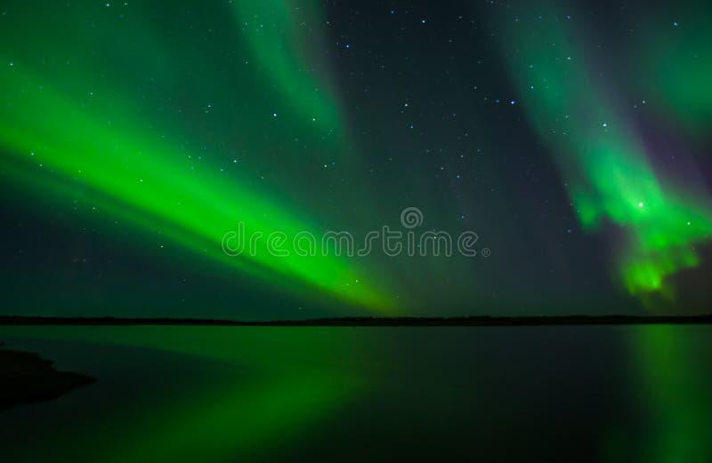 Aurora boreal acima da península de Reykjanes imagens de stock