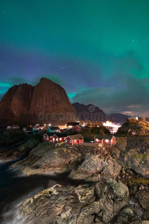 Aurora boreal Aurora Borealis com vista clássica da vila do pescador s de Hamnoy, perto de Reine em Noruega, Lofoten imagem de stock