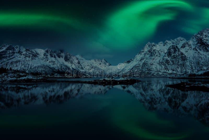 Aurora boreal, aurora borealis, ilhas de Lofoten, Noruega Paisagem do inverno da noite com luzes polares, o céu estrelado e as mo fotografia de stock