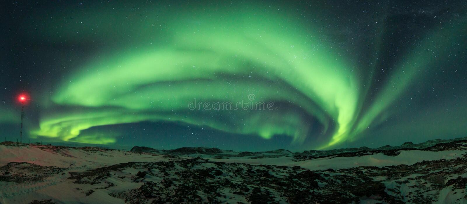 Aurora boreal colorida brilhante no céu noturno foto de stock royalty free