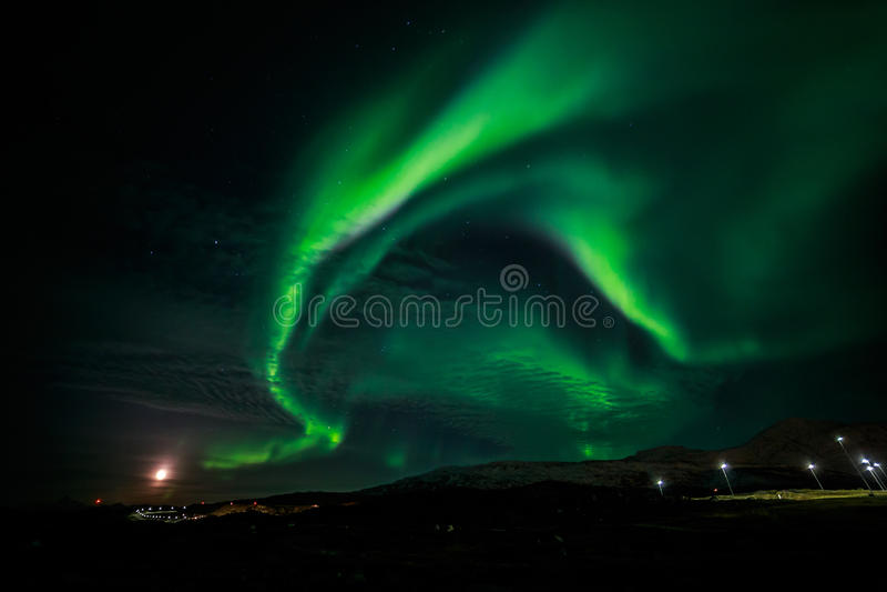 A aurora boreal e a aumentação Moon a cidade próxima de Nuuk foto de stock