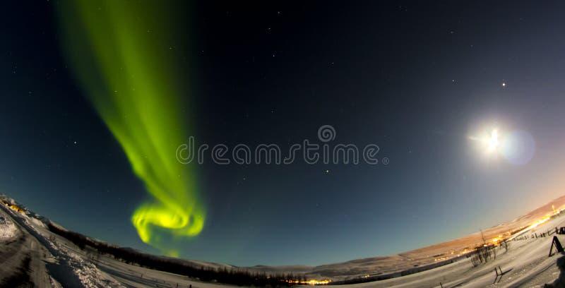 Aurora boreal e lua imagens de stock