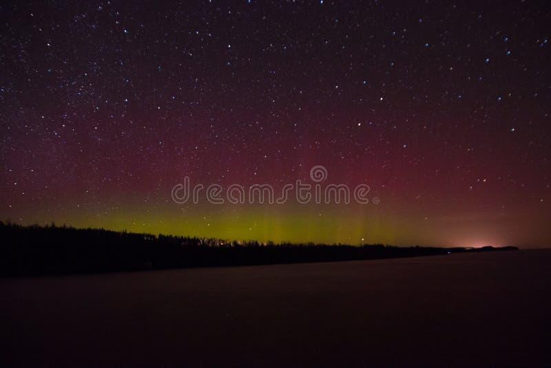 Aurora boreal e Aurora sobre o Lago Superior na costa norte do Lago Superior em Minnesota foto de stock