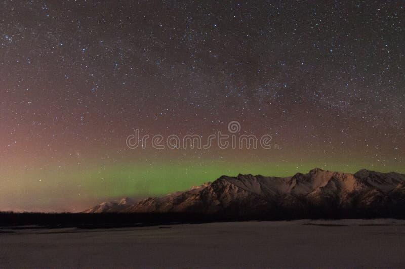 Aurora boreal e a Via Láctea fotos de stock