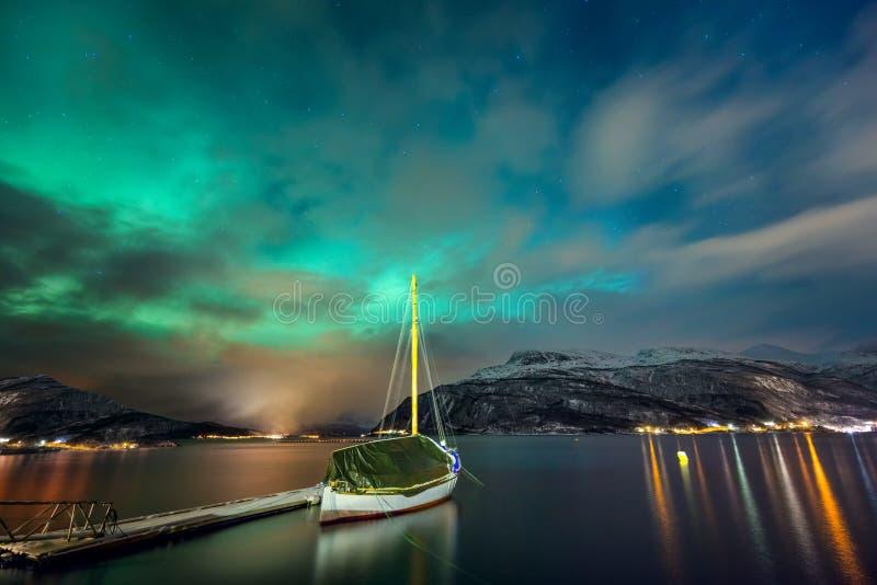 Aurora boreal en el fiordo noruego y el yate imagenes de archivo