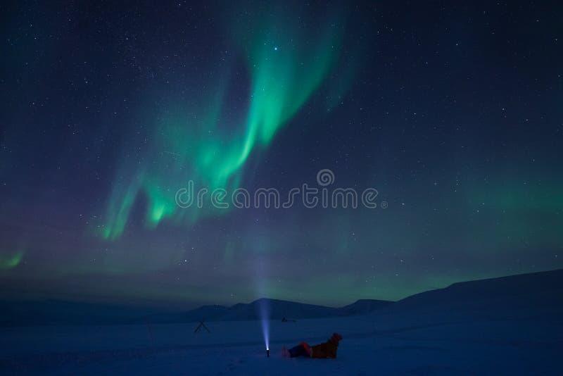 A aurora boreal nas montanhas de Svalbard, Longyearbyen, Spitsbergen, papel de parede de Noruega fotografia de stock