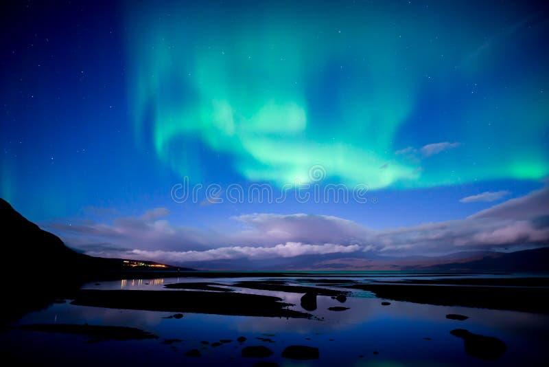 Aurora boreal que dança sobre o aurora borealis calmo do lago fotos de stock