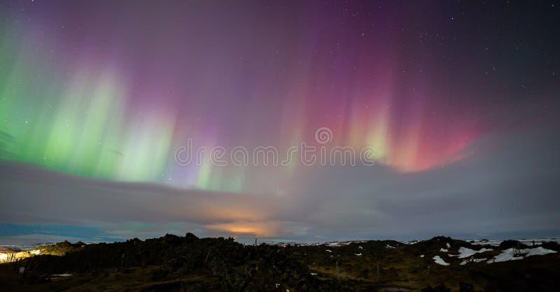 Aurora boreal rosada sobre Islandia imagen de archivo libre de regalías