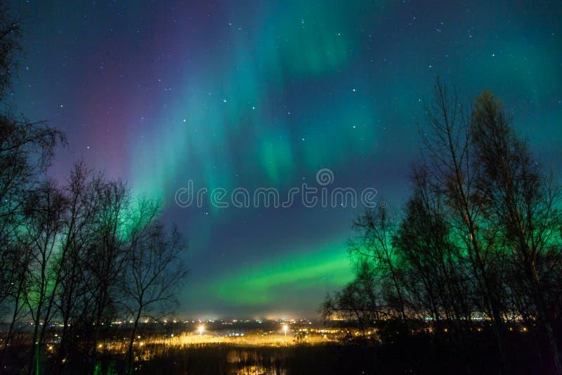 Aurora boreal sobre a cidade fotos de stock royalty free