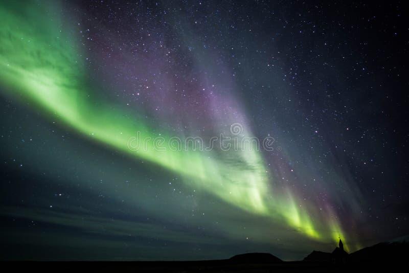 Aurora boreal sobre la iglesia de Budir en la península de Snaefellsnes de Islandia foto de archivo libre de regalías