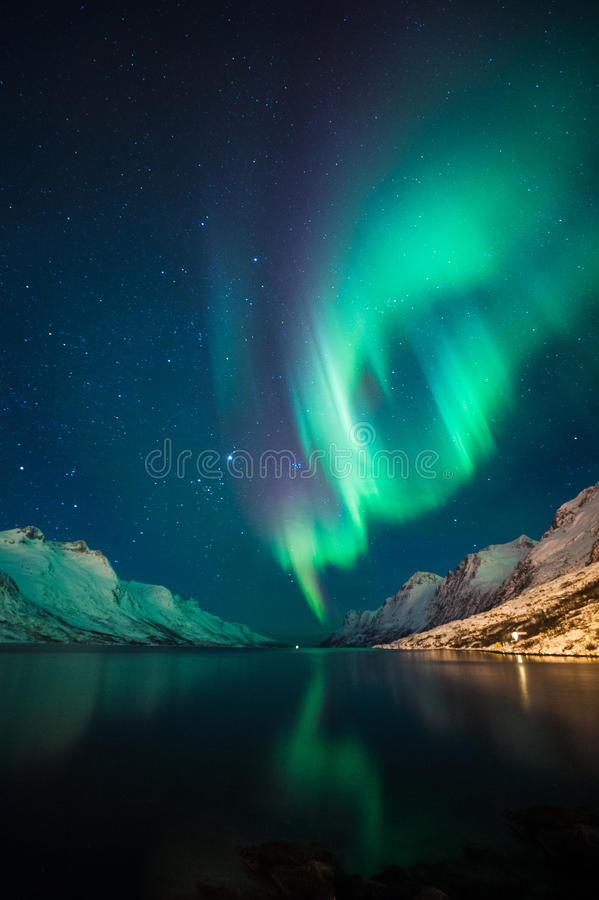 Aurora boreal sobre los fiordos fotografía de archivo libre de regalías