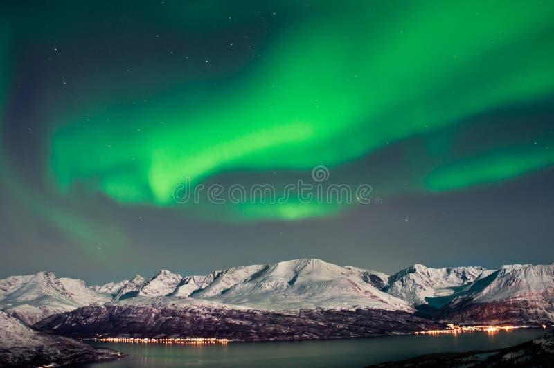 Aurora boreal sobre los fiordos en Noruega imagen de archivo