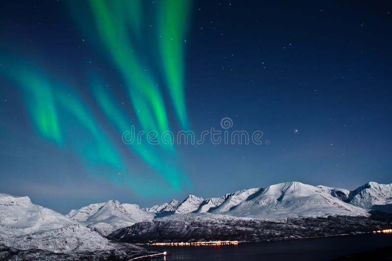 Aurora boreal sobre los fiordos, Noruega imagen de archivo